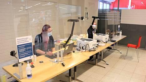 Kankaanpäässä Citymarketin ennakkoäänestyspaikassa oli lauantaina tilaa äänestää turvavälein. Vaalitoimitsijoina työskentelivät Annika Lahti ja Janita Sillanpää.