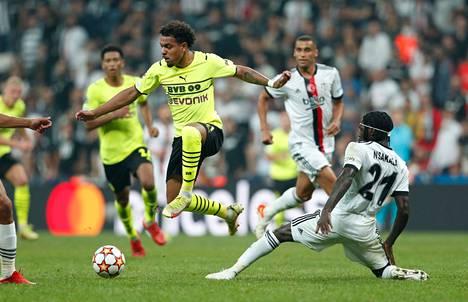 Dortmundin Donyell Malen (keltainen paita) kieputti Besiktasin Fabrice N'Sakalaa, kun Dortmud voitti Mestarien liigassa 2–1.