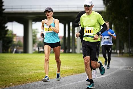 Elina Junnilan (vas.) askellus on tehokkaan taloudellista, kohta 200 maratonia on täynnä.