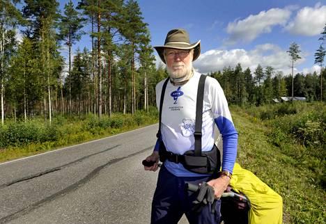 Hannu Huotari vetää perässään kärryä, jonka hän on nimennyt Travelsoniksi. Se painaa noin 30 kiloa. Huotarin mukaan kärryn vetäminen on tuntunut rankimmalta kumpuisilla hiekkateillä, jotka ovat lähinnä joko ylä- tai alamäkeä.