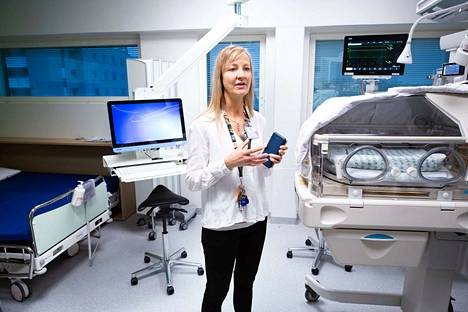 Vastasyntyneiden tehohoitoyksikön apulaisosastonhoitaja Heidi Auno pitää tärkeänä sitä, että uusissa potilashuoneissa on sänky myös puolisolle.