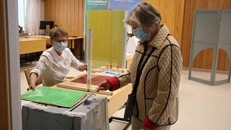 Tuula Notkonen (vasemmalla) on varsinaisena vaalipäivänä äänestyksen toimittavan vaalilautakunnan jäsen myös aluevaaleissa tammikuussa. Kuvassa kesäkuun kuntavaaleissa äänestämässä Helvi Kivinen.