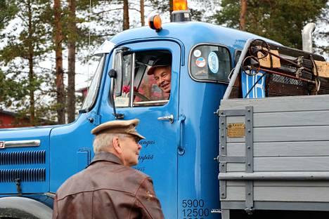 Ylöjärveläinen Esko Pohjola opasti autoilijoita Harjavallan taukopaikalla.