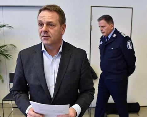 Helsingin pormestari Jan Vapaavuori (kok.) on osaltaan tuomassa Helsingin Senaatintorille isoa terassialuetta.