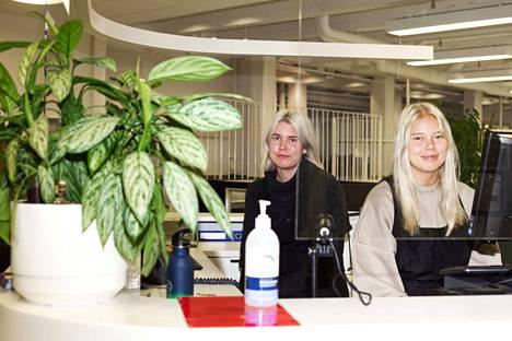 Kolmannen vuoden kampaajaopiskelijat Minea Kelovesi ja Iina Mantila harjoittelevat koulun parturi-kampaamossa yleensä parina päivänä viikossa Tampereen seudun ammattiopiston hyvinvointikeskus Tredun Helmessä. Moron vieraillessa he olivat vuorossa asiakaspalvelupisteellä.