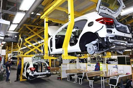 Valmet Automotive tehdas Uudessakaupungissa. Mercedes-Benzin A-sarjan puolivalmiit aihiot liikkuvat kokoonpanolinjalla hitaasti eteenpäin. Auto on valmis noin kolmen vuorokauden kuluessa sen jälkeen, kun tilaus saapuu tehtaalle