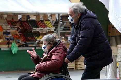 Italiassa uusi koronavirus on iskenyt erityisesti yli 80-vuotiaisiin kansalaisiin. Tässä ikäluokassa kuolleisuus sairastuneiden keskuudessa on jopa 13 prosenttia.