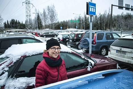Kangasalalainen Laura Lähteenmäki käyttää työmatkalla Niihaman liityntäpysäköintialuetta. Auto jää parkkiin ja matka jatkuu bussilla keskustaan. Hän pitää aluetta hyvänä palveluna.