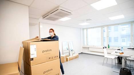 Fysioterapeutti Sabrina Uecker purkamassa laatikoita Porin Yths:n uusissa tiloissa. Hänen työhuoneensa on vielä vaiheessa.