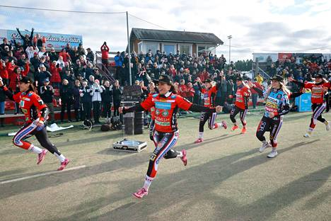 Mestarit tekivät kunniakierroksen juhlivan yleisön edessä. Kello 19 joukkue jalkautuu kansan pariin Porin torille.
