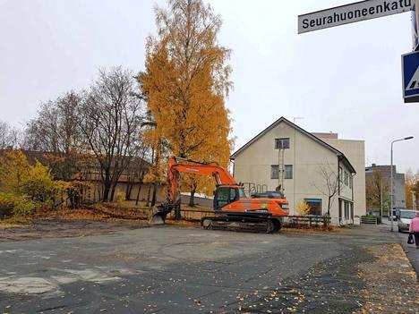 Seurahuoneenkadun ja Valkeakoskenkadun kulmauksesta purettiin pois vanha liike- ja asuinkiinteistö, joka oli Valkeakosken kaupungin omistama.