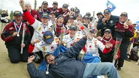 Kun mestaruus oli vuonna 2002 ratkennut, Reijo Viljanen (edessä) rynni juhliin mukaan.