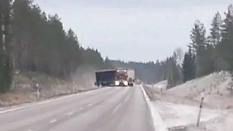 Rekka heittelehti kaistalta toiselle puolen kilometrin matkalla valtatie 23:lla.