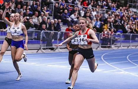 Lotta Kemppinen (oik.) pinkoi ennätyksensä 200 metrillä.
