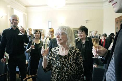 Aila Meriluoto WSOY:lla, kun Panu Rajalan hänestä kirjoittama elämäkerta julkistettiin keväällä 2010.