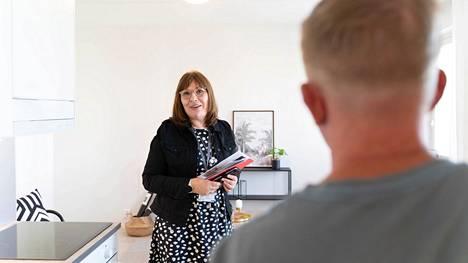 Tyylikäs, tehokas ja kukkarolle mahdollinen. Asiakaspalveluinsinööri Marja Jantunen esittelee uutta kotia nuorelle pariskunnalle.
