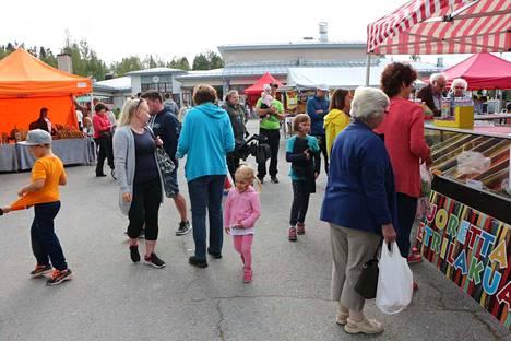 Elomarkkinat tuotiin tänä vuonna Jämiltä koulukeskukseen yleisön pyynnöstä. Markkinat ovat niin paikallisten kuin kesämökkiläisten kohtaamispaikka.