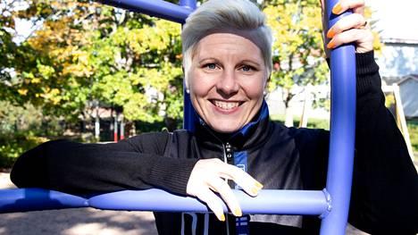 """Triathlonissa kisaava Jonna Karimäki on tottunut treenaamaan kovaa ja taistelemaan kipua vastaan. Välilevyn pullistuma on kuitenkin pakottanut hidastamaan. """"Välillä on ollut fiilis, että ei hitsi vieköön, ei tästä tule yhtään mitään. Mutta sitten taas kuitenkin itselläni on niin kova kilpailuvietti"""", hän sanoo."""