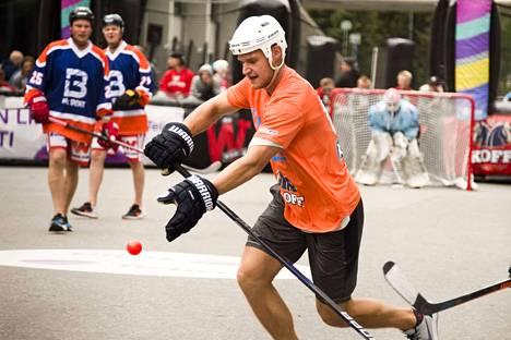 Florida-kapteeni Aleksander Barkovilta luonnistuu pelaaminen myös asfaltilla. Street Hockey Tourin promoottori Janne Kiema kuvaili lauantaisen tähdistöottelun suorituksia näyttäviksi.