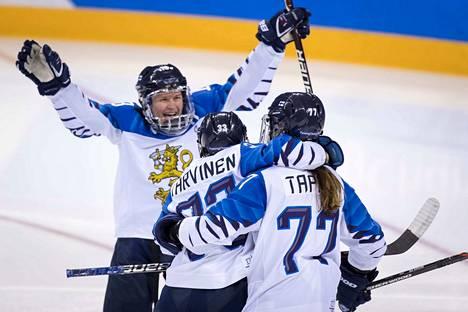 Riikka Sallinen, Michelle Karvinen ja Susanna Tapani kuittasivat kultabonuksen katkerasta finaalitappiosta huolimatta.