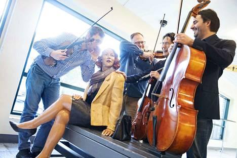 Jousikvartetissa on samoja lainalaisuuksia kuin rockbändissä soittamisessa. Taitavan yhteissoiton lisäksi soittajien henkilökemioiden täytyy kohdata, eikä ainakaan haittaa, jos treeneissä on myös hauskaa. Porilaiskvartettiin kuuluvat Ion Buinovschi (vasemmalla), Stefan Kavén, Kei Ito ja Béla Bánfalvi.