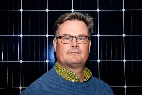 Yrittäjä Joni Lepistö kuvattiin kotonaan Sastamalassa. Taustalla aurinkopaneelin esittelykappale.