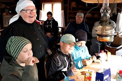 Kirsti Vuorela kertoi historiakerholaisille, millainen lasten asema oli 120 vuotta sitten. Silloin koulunkäyntikin oli vain harvojen etuoikeus.