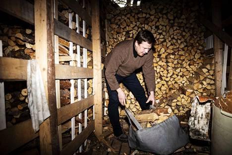 Puuliiterissä tärkeintä on pitävä katto ja maasta irti oleva lattia, jonka lautojen alta ja väleistä ilma pääsee kiertämään. Hannes Tuohiniitty lämmittää omakotitaloaan puulla Tampereen Teiskossa.
