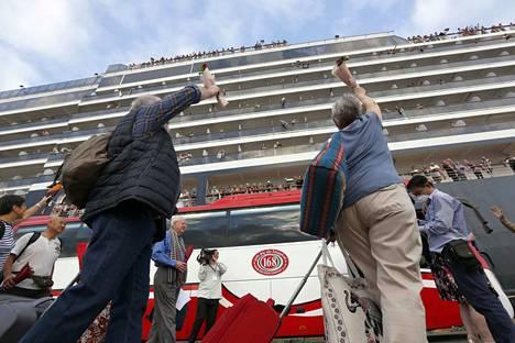 Matkustajat heiluttivat lähtiessään MS Westerdam -risteilyalukselta Sihanoukvillen satamassa Kambodzhassa perjantaina. Useat muut maat käännyttivät laivan pois, koska pelkäsivät, että aluksella on koronavirustapauksia.