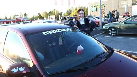 Iisa Naskali, 18, kertoo osallistuneensa toukokuussa jo kolmeen automiittiin. Matka taittuu tuunatulla Mazdalla.