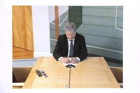 """Presidentti Sauli Niinistö toivottaa haastattelussa lukijoille """"kaikkea hyvää ja voimia, sitkeyttä"""". Haastattelu tehtiin videoyhteydellä Mäntyniemestä."""