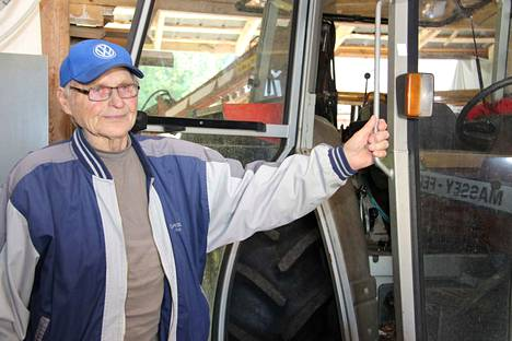 Lähes yhdeksänkymppinen Antti Karipalo hyppää yhä traktorin hyttiin tarvittaessa.