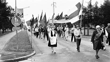 Suomen kansan demokraattinen liitto (SKDL) järjesti vuonna 1986 Harjavallassa useamman kunnan kansandemokraattien voimin näyttävän vappumarssin.