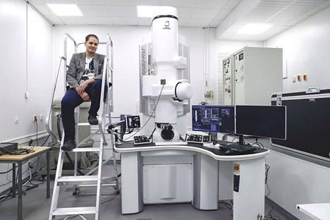 Erkka Frankberg palaa Italiasta Hervantaan ensi keväänä. Silloin hän jatkaa tutkimuksiaan muun muassa täällä Tampereen yliopiston uudessa mikroskopiakeskuksessa. Läpivalaisuelektronimikroskoopilla voidaan nähdä materiaalien sisäinen rakenne atomien tarkkuudella.