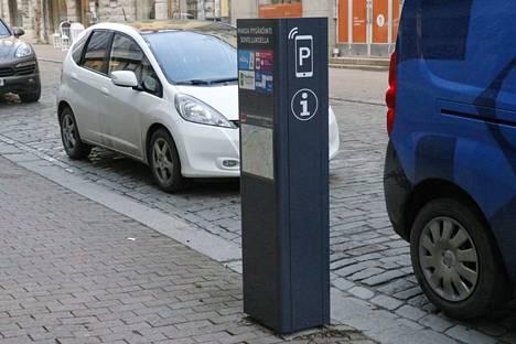 Tampereen kaduilta poistetaan vanhentuneita pysäköinnin maksuautomaatteja. Osa korvataan tällaisilla infotolpilla, osa uusilla korttimaksuautomaateilla.