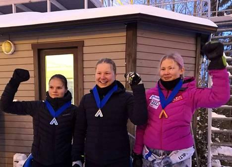 Sanni Virta (vasemmalla) laski SM-hopealle. Kultaa otti Rosa Pohjalainen ja pronssille laski Maisa Kivimäki.