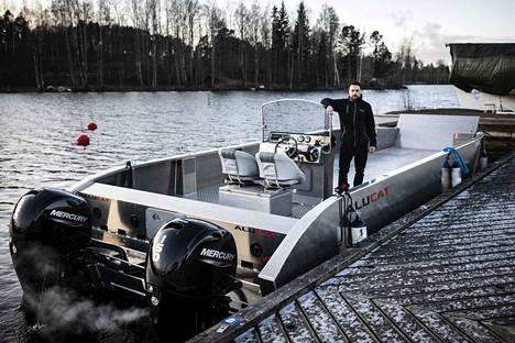 Kalle Konttinen esittelee Santalahdessa Alucatin suurinta mallia, jossa on tasaista kansitilaa 25 neliömetriä. Tällaisella saatetaan aloittaa kesällä säännöllinen liikenne Näsijärvellä ja Pyhäjärvellä.
