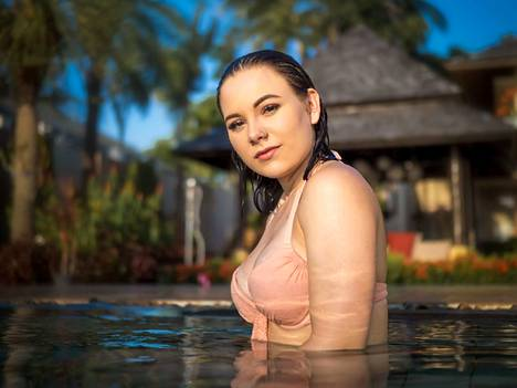 """Adelina """"Ade"""", 20, on kotoisin Raisiosta. Adelina työskentelee tarjoilijana ja toivoo oppivansa Temptation Islandissa jotain sellaista, mistä olisi hyötyä myös tulevaisuudessa."""