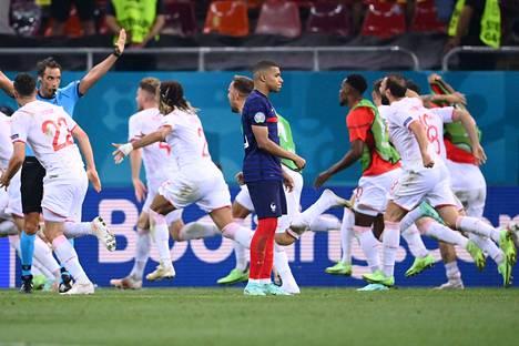 Sveitsin joukkue kirmasi ohi Kylian Mbappen, kun tämä epäonnistui rangaistuspotkukilpailussa sinetöiden Ranskan tappion.