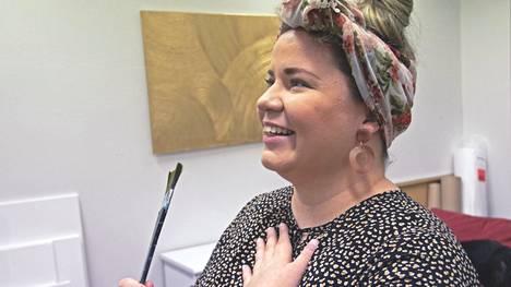 Eeva Forsström mietti ennen kuvaamista, että pensseli kädessä otetut kuvat tuntuvat aina jotenkin teennäisiltä. Ilo pulppuava taiteilija hyväksyi lopulta kuvan, jossa hän pensselin kanssa työhuoneessaan kulki.