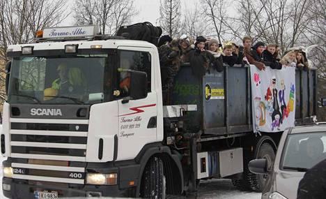 Penkkariautot eivät poikkea koulujen pihoissa. Ainoastaan Harjuniityn koululla kuorma-autot kääntyvät koulun parkkipaikalla. Kuva vuodelta 2013.