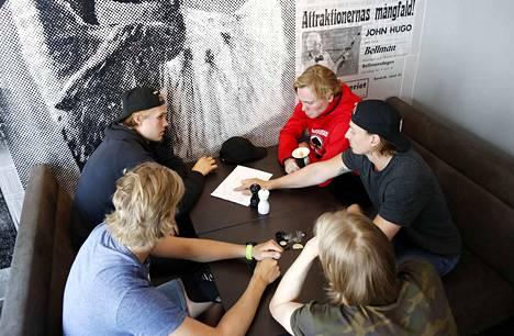 Ässien joukkue on jaettu viiteen eri ryhmään. Ryhmät luovat Ässien ensi kauden arvot. Gävlessä ryhmien tehtävänä oli miettiä, miten arjen arvot näkyvät konkreettisesti harjoituksissa ja peleissä. Yhden työryhmän muodostivat Lenni Killinen (takana vas.), Lauri Kulmala, Daniil Tarasov (pöydän päässä), Jakob Stenqvist (takana oik.) ja Teemu Vuorisalo.