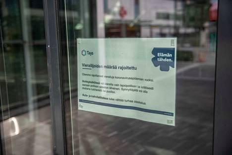 Koronavirusepidemian vuoksi Tampereen yliopistollisessa sairaalassa vierailua on rajoitettu.