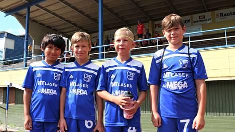 Keupa P11:n joukkueen Taito Kajiwara, Ben Korhonen, Vilkko Korhonen ja Peetu Tupamäki nauttivat Mega Cupissa siitä, että viikonloppuna sai pelata jalkapalloa oikein kunnolla.