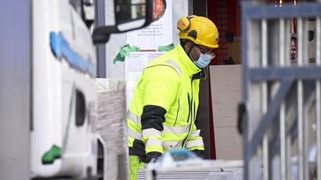 Rakennusyritykset ovat kiristäneet käytäntöjään koronamaskien käytöstä rakennustyömailla. Alan yrityksistä muun muassa YIT ja SRV ovat ottaneet käyttöön maskipakon työmaillaan. Kuva SRV:n Loisto-tornitalon rakennustyömaalta Helsingin Kalasatamasta 5. maaliskuuta 2021.