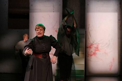 Tanssiteatteri MD:n Suvi Eloranta tekee monipuolisen roolityön tanssivana, näyttelevänä ja laulavana Almana.