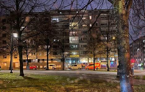 """Hämeenpuistossa sijaitsevan kerrostalon edustalla kuvattiin poliisiauto torstaina. Poliisin mukaan sillä oli alueella """"pienimuotoinen operaatio""""."""