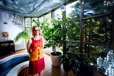 Tampereella toimivan Pirkanmaan hoitokodin johtaja Anu Kartovaara kertoo, että viime vuonna asiakkaista nuorin oli 24-vuotias ja vanhin 104-vuotias.