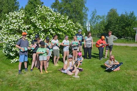 Musiikin parissa leirillä ollaan soiteltu ukulelea sekä muita soittimia.