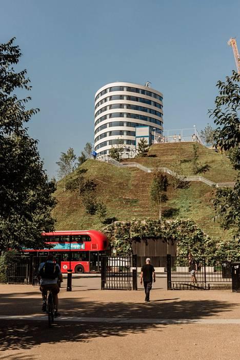 Näköalapaikka jää tornitalojen varjoon.